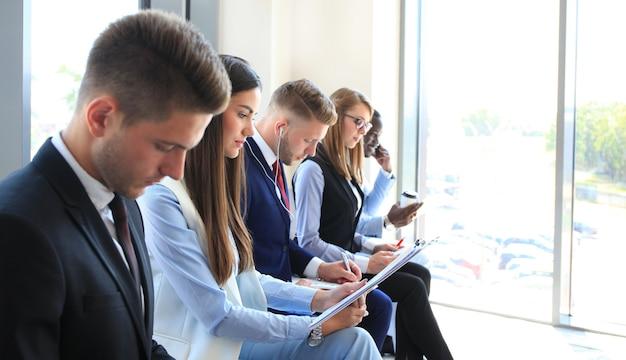 Uomini d'affari in attesa di colloquio di lavoro
