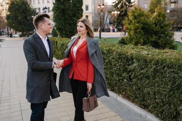 Uomini d'affari che camminano per le strade della città