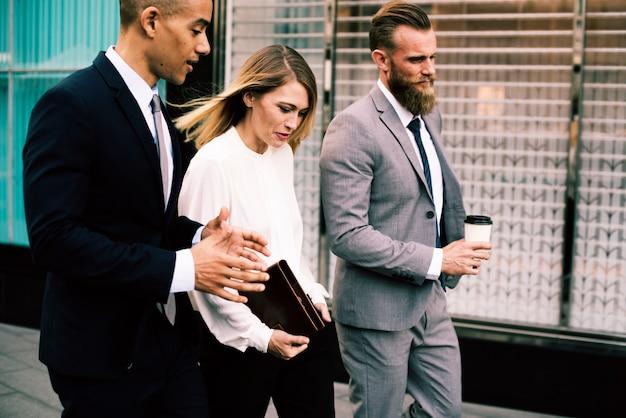 Uomini d'affari che camminano parlando insieme