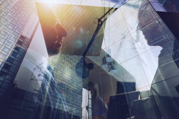 Gli uomini d'affari lavorano insieme in un ufficio moderno