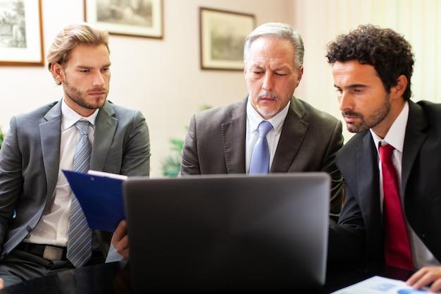 Uomini d'affari al lavoro insieme in un ufficio