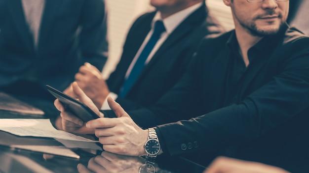 Gli uomini d'affari lavorano con i documenti in ufficio
