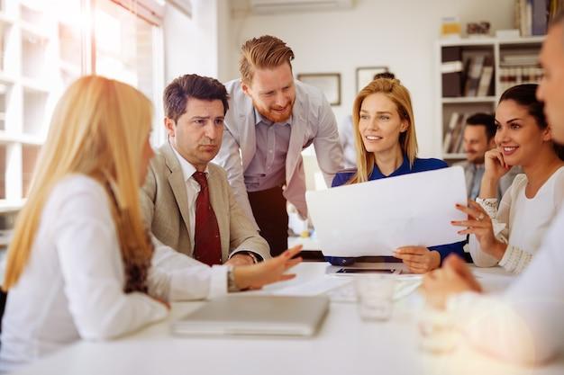 Uomini d'affari che lavorano in ufficio e brainstorming