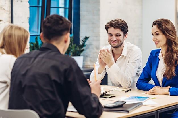 Gente di affari che lavora al tavolo in ufficio