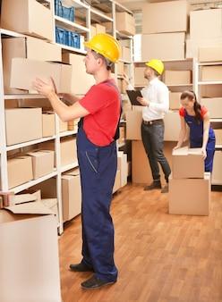Gente di affari che lavora al magazzino