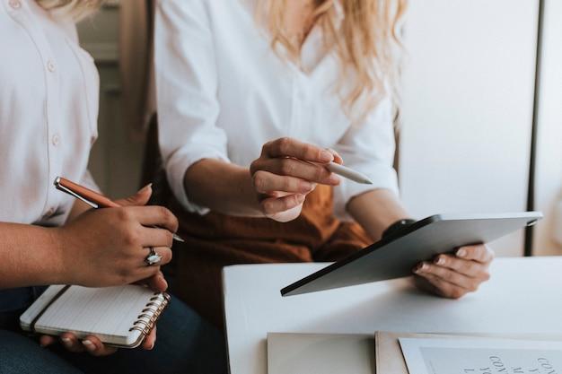 Uomini d'affari che lavorano con una tavoletta digitale in una riunione