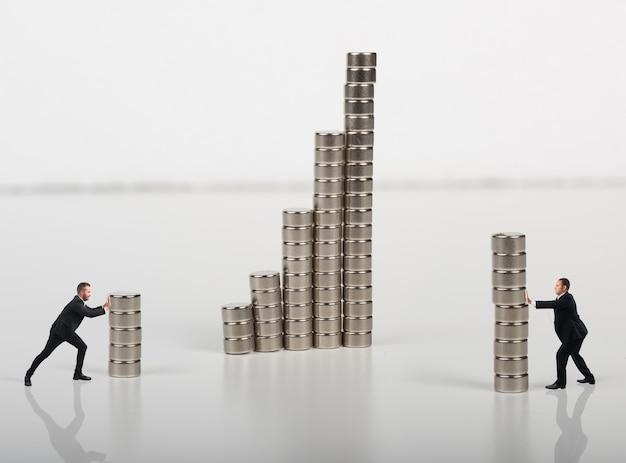 L'uomo d'affari ha costruito insieme una costruzione con i magneti