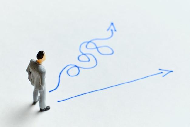 Concetto di persona d'affari per la scelta di un percorso strategico.