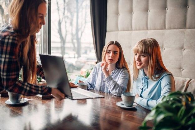 Presentazione aziendale sul computer portatile nella caffetteria, marketing