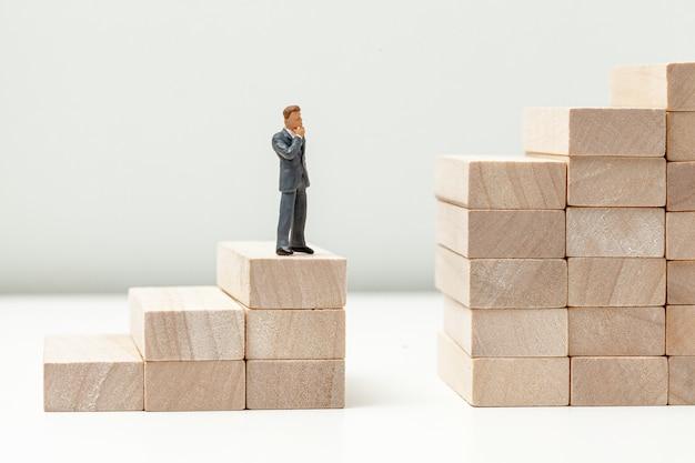 Problema aziendale. restrizione della crescita. aumenta il rischio di fallimento per un uomo d'affari.