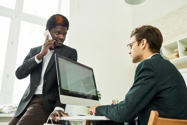 Professionisti aziendali in ufficio