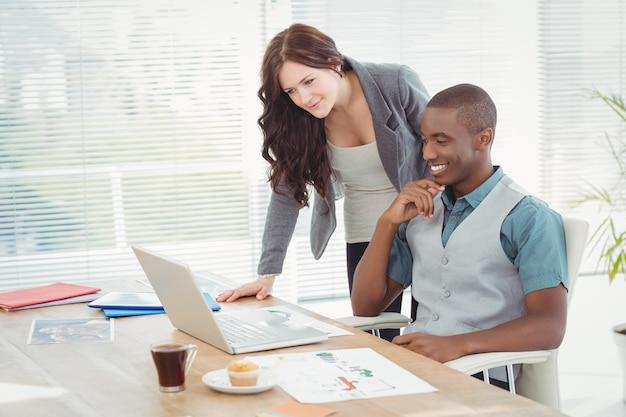 Professionisti aziendali che lavorano su laptop