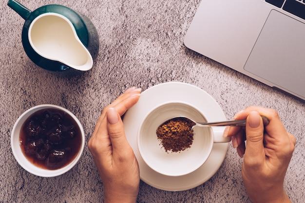 Concetto di piano di progetto di business, caffè del mattino sul desktop.