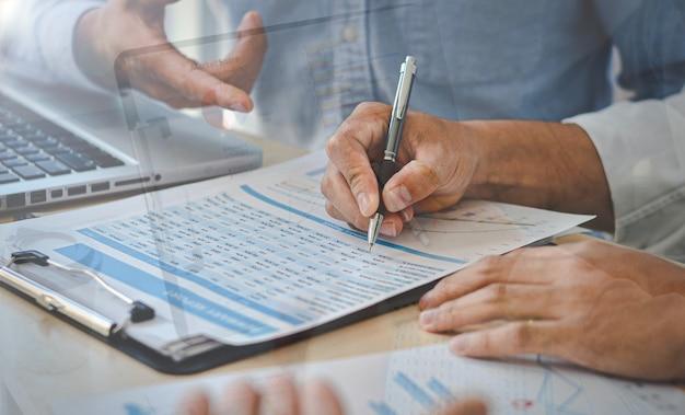 Idee per la presentazione di progetti aziendali, nuove idee, uomini d'affari per gestire la pianificazione degli investimenti aziendali