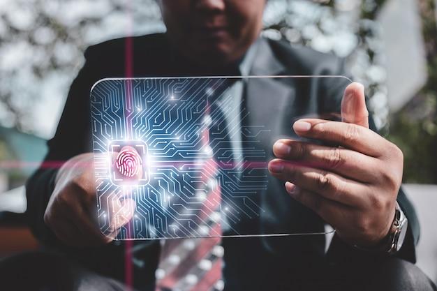 Concetto di tecnologia internet di protezione e crittografia di protezione aziendale. cuscinetto astuto di uso dell'uomo d'affari con lo schermo virtuale