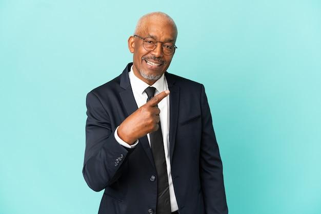 Uomo anziano d'affari isolato su sfondo blu facendo gesto venuta