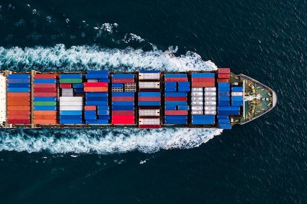 Servizio di affari di trasporto internazionale da nave cargo container aperto nella vista aerea del mare profondo