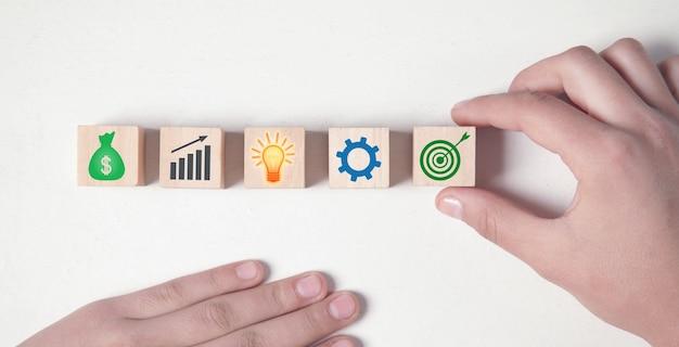 Segni di affari sui cubi di legno. processo di business. obbiettivo. risultato