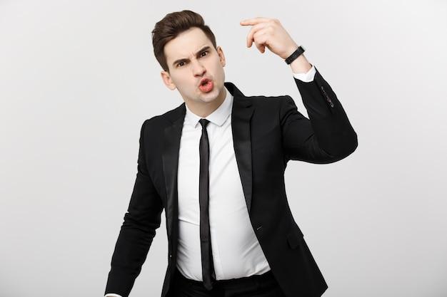 Concetto di situazione aziendale: uomo d'affari frustrato che urla con rabbia alla telecamera.