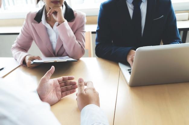 Situazione aziendale, concetto di colloquio di lavoro. il lavoro di squadra del partner di affari e il concetto di riunione.