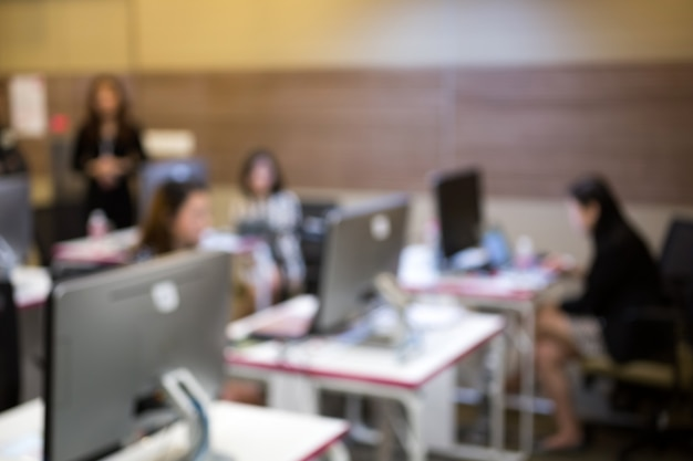 Affari, sviluppatore di software che lavora al computer in ufficio moderno