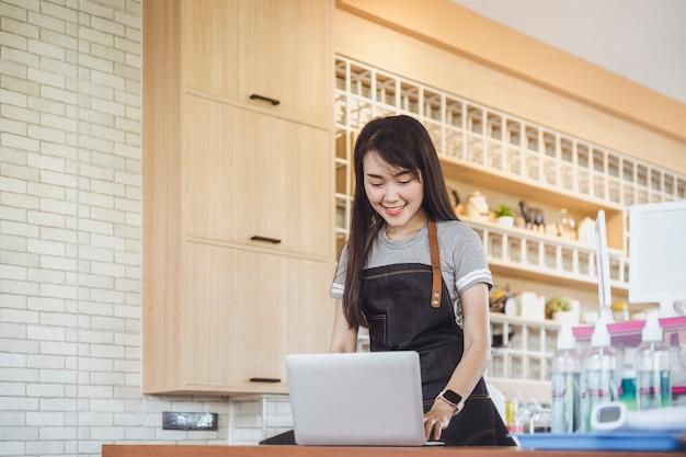 Proprietario del negozio di affari che conferma gli ordini dal cliente sul computer