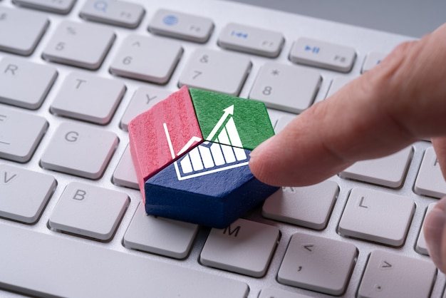 Puzzle grafico a torta colorato di business e strategia