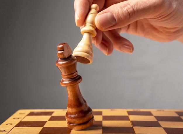 Concetto di strategia aziendale. cavaliere che fa l'ultimo passo per fare scacco matto negli scacchi, cadendo re.