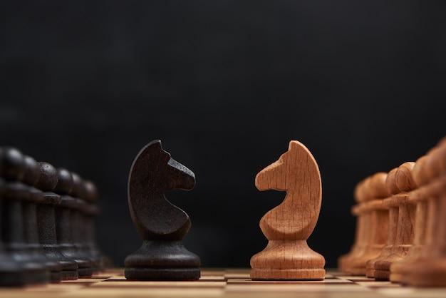 Concetto di strategia aziendale con figure di scacchi