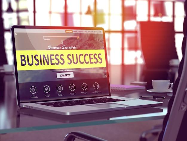 Concetto di successo aziendale. primo piano pagina di destinazione sullo schermo del computer portatile sullo sfondo di un comodo posto di lavoro in un ufficio moderno. immagine sfocata e tonica.