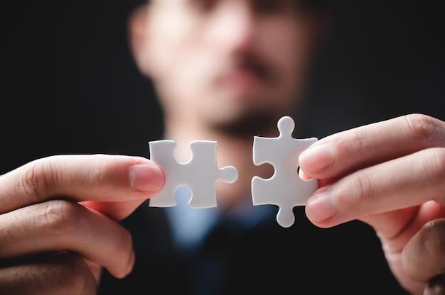 Idea di concetto di successo aziendale di puzzle, soluzione di lavoro di squadra e connessione di unione, team di strategia insieme, partita con sfida di partenariato di cooperazione