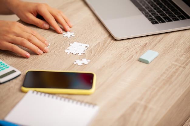 Concetto di successo aziendale, la donna compone puzzle