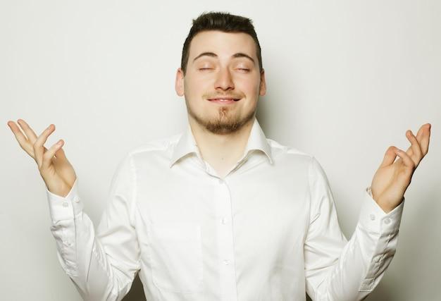 Concetto di affari, successo e persone giovane uomo d'affari che indossa una camicia bianca, isolato su bianco.