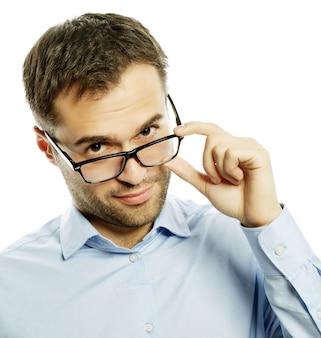Business, successo e concetto di persone - bel giovane uomo d'affari in camicia blu che guarda la telecamera in piedi su sfondo bianco