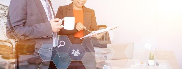 Successo aziendale e lavoro di squadra, fintech per obiettivi e kpi su tecnologia e lavoro successivo