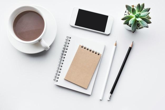 Piano del tavolo da lavoro con mock up di forniture per ufficio su sfondo bianco