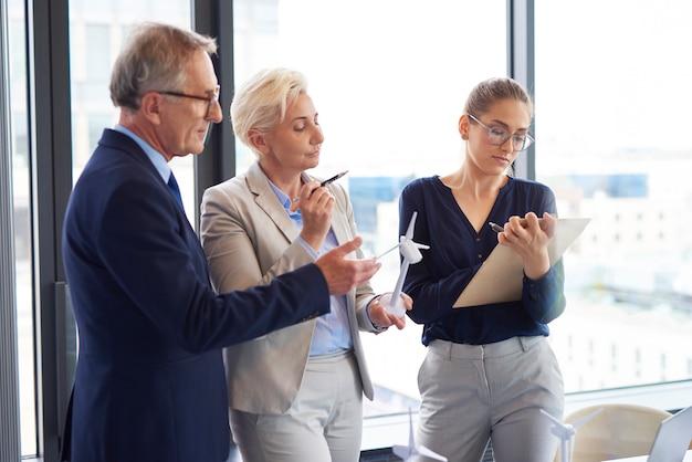 Il business parla di energia rinnovabile in ufficio