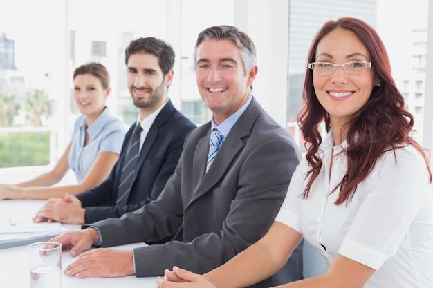 Business team tutti felici e sorridenti