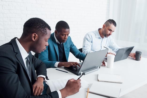 Squadra di affari che richiede il permesso di lavoro all'estero