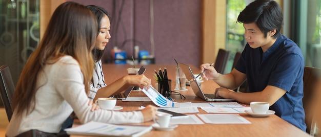 Brainstorming del team aziendale su questioni finanziarie con relazione finanziaria nella sala riunioni