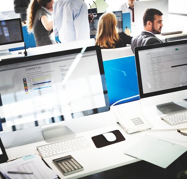 Business team occupato sul posto di lavoro cocnept