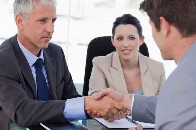 Squadra di affari che conclude un accordo con un cliente