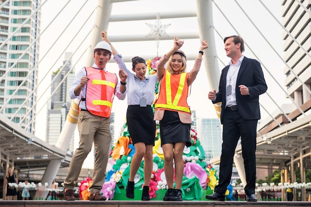 Il team aziendale balla per celebrare il successo del progetto