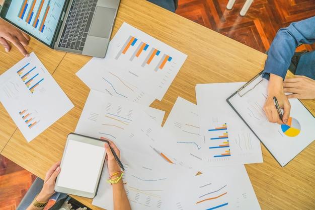 Il gruppo di affari discute e pensa insieme allo scopo e al piano del gruppo nella riunione d'affari per fissare la strategia aziendale e l'obiettivo, concetto di affari