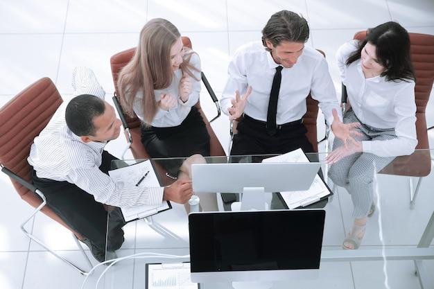 Squadra di affari che discute un documento commerciale.