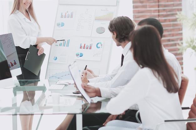 Squadra di affari che discute la strategia finanziaria dell'azienda.foto con lo spazio della copia