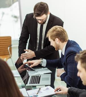 Squadra di affari che discute un nuovo piano finanziario dell'azienda sul posto di lavoro in ufficio
