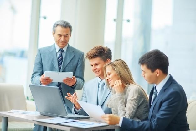 Squadra di affari che discute un piano dell'azienda in ufficio