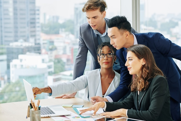 Squadra di affari che discute i risultati di vendita