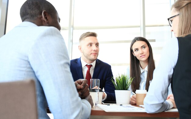 Team aziendale che discute insieme i piani aziendali in ufficio